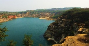 Rock cliffs, Nilli Jheel at Asola-Bhatti Wildlife Sanctuary